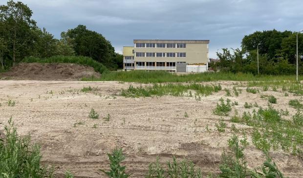 De ruimte achter de OSG waar het nieuwe Onderwijscentrum moet komen.