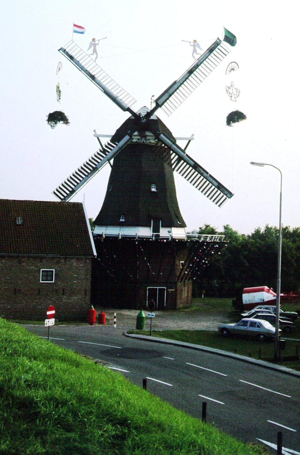 Versierde molen tijdens het Havenfeest van 1980 Foto: Bert Koning © Mediabureau Langeveld & De Rooy