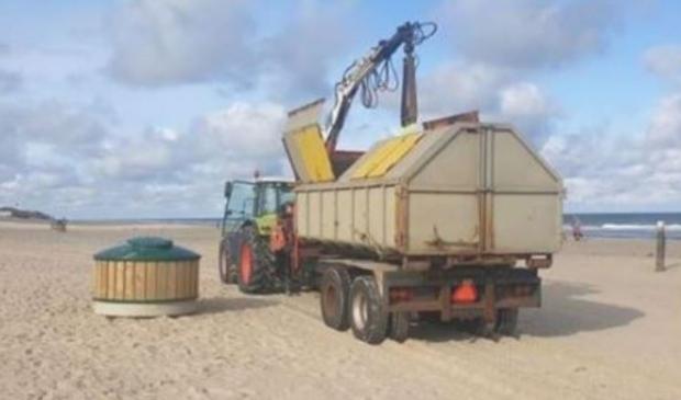 Een van de nieuwe afvalcontainers op het strand bij De Koog.