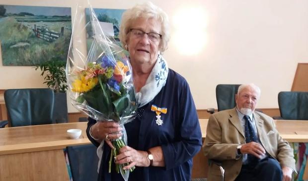 Corrie Bakker-Buisman met haar man Jaap op het gemeentehuis.