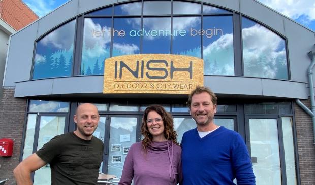 Ramon Schneiders en Frida en Willem Jan Kraanen voor hun nieuwe outdoorwinkel Inish in Oudeschild.