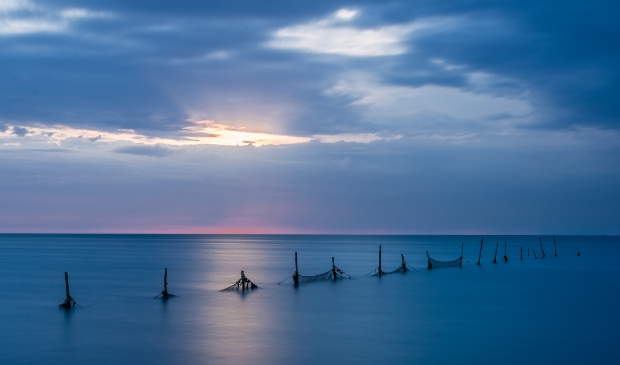<p>De Waddenzee gefotografeerd tijdens het &#39;blauwe uur&#39;.</p>