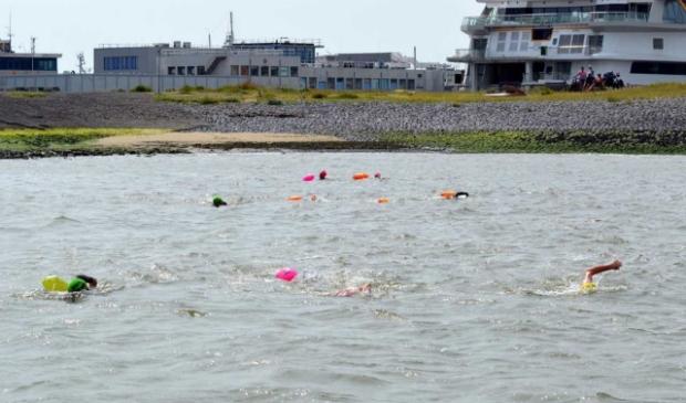 De zwemmers bij het startpunt bij Lands End in Den Helder.