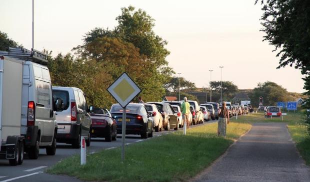 Drukte bij de boot, het verkeer stond tot voorbij de Van der Sterrweg.