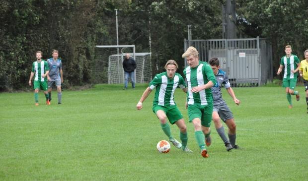 <p>Yorgo Helleman en Sander de Haan namens SV Oosterend.</p>