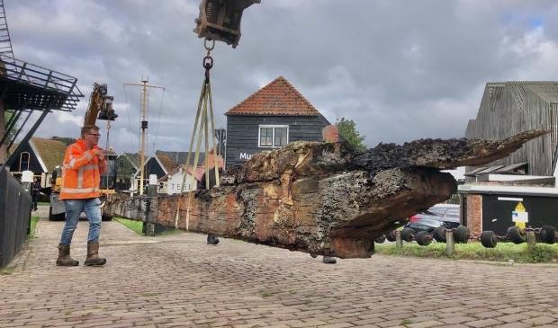 Twee kranen tillen de 20 meter lange kielbalk het terrein van Museum Kaap Skil op. Copyright Ton Koene