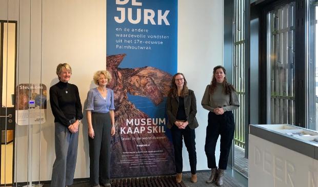 Gedeputeerde Zita Pels en directieleden van Stichting Texels Museum Anneke Schrama, Marion Barth en Corina Hordijk.