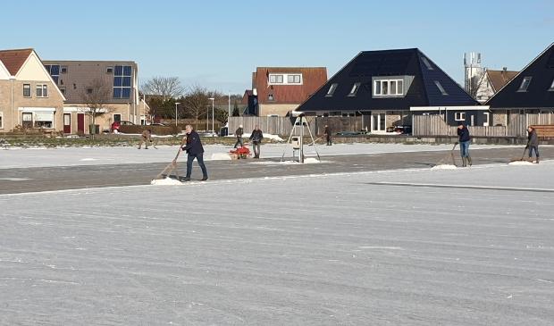 <p>Vrijwilligers in Oudeschild maken de ijsbaan sneeuwvrij.</p>