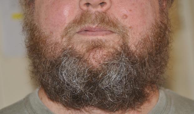 <p>Tijdelijk een baard en langer haar nu de kapper dicht is.</p>