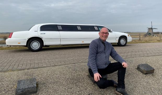 <p>Chauffeur Martin Boezerooij bij de verlengde limousine met een lengte van liefst acht meter.</p>