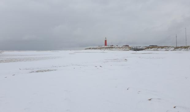 <p>Het besneeuwde strand bij De Cocksdorp.</p>