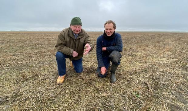 <p>inder Cees Dijker en landbouwer Niels Rutten met het eerste kievitsei. </p>