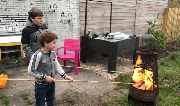 <p>Levy en Luther bij het vuurtje in de tuin.</p>