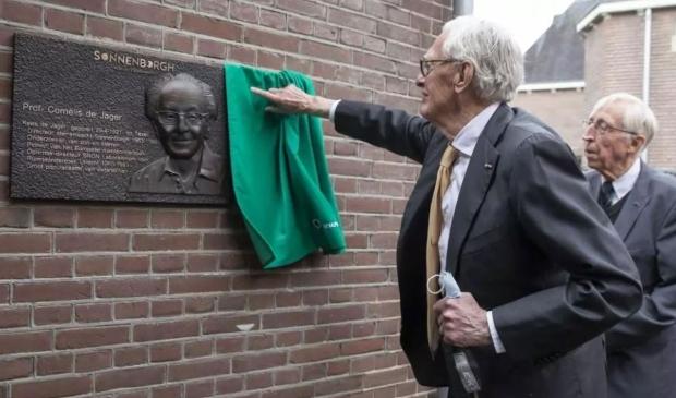 <p>De onthulling van de plaquette van professor Kees de Jager.</p>