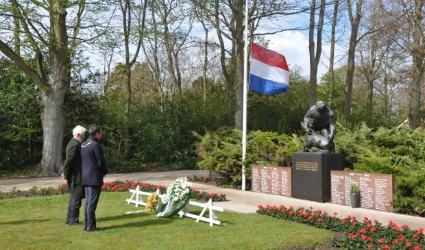 <p>Burgemeester Michiel Uitdehaag en Henk Spigt herdenken de slachtoffers van de Tweede Wereldoorlog.</p>