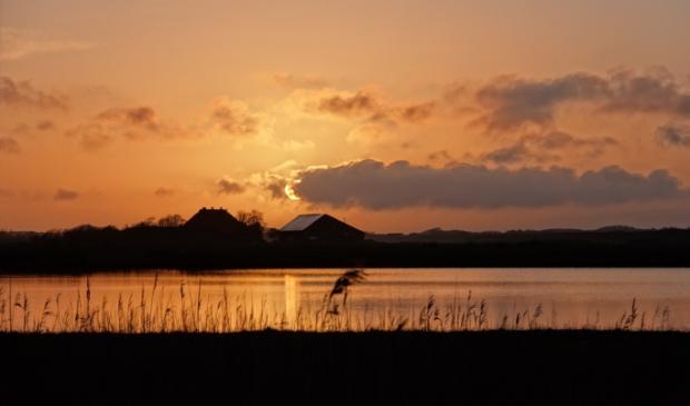 Zonsondergang met zicht op boerderij Plassendaal.
