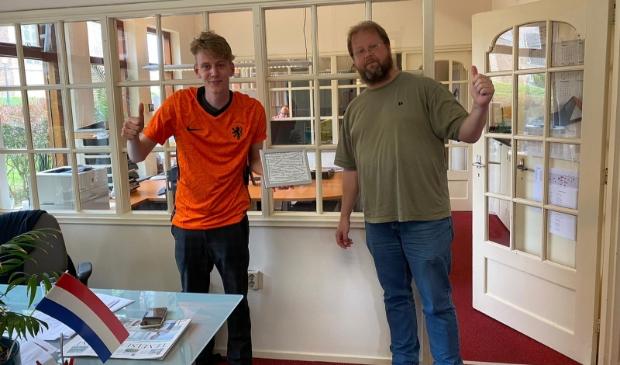 <p>Dirk in zijn nieuwe oranjeshirt met stagebegeleider Jeroen van Hattum.</p>