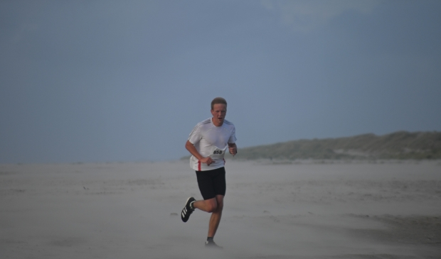 <p>Hardloper Hessel Arensman knokt tegen de wind in.</p>