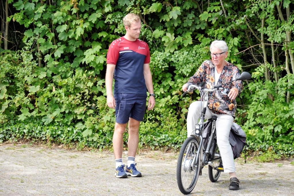Kars Zeinstra, buurtsportcoach helpt bij het op-afstappen. Foto: Sportstichting Texel/ Gerrit Verhoeven © Mediabureau Langeveld & De Rooy