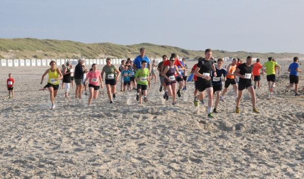 <p>Hardlopers op het strand bij paal 28 tijdens de Krim Strandloop.&nbsp;</p>