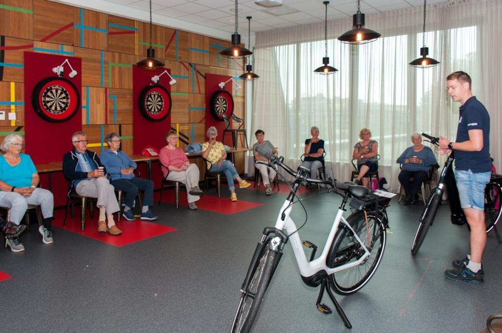 Wouter, medewerker van der Linde, geeft uitleg over veilig fietsen Foto: Sportstichting Texel/Gerrit Verhoeven © Mediabureau Langeveld & De Rooy