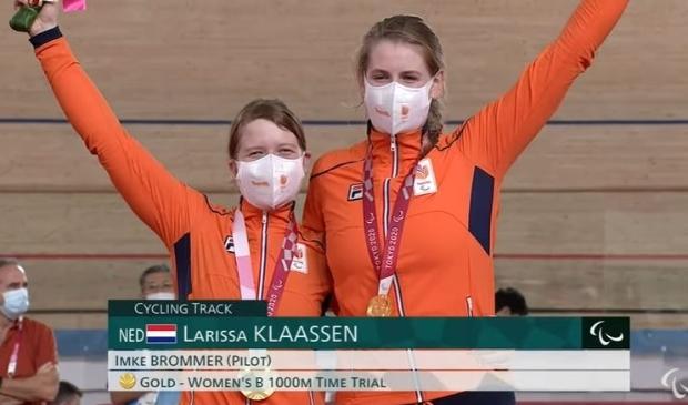 <p>Vreugde bij Larissa en Imke nadat zij de Paralympische medailles hadden ontvangen.</p>