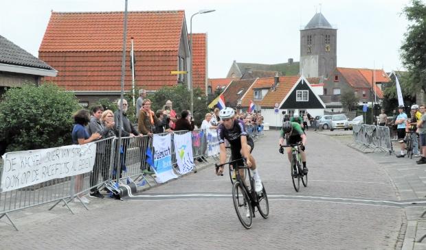 <p>Tibor Zwaan drukt als eerste zijn wiel over de finish, v&oacute;&oacute;r Dave Huijsman.&nbsp;</p>