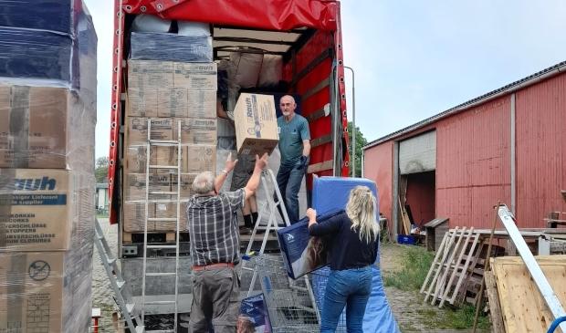 <p>Inladen van de goederen voor het transport naar Moldavië.</p>