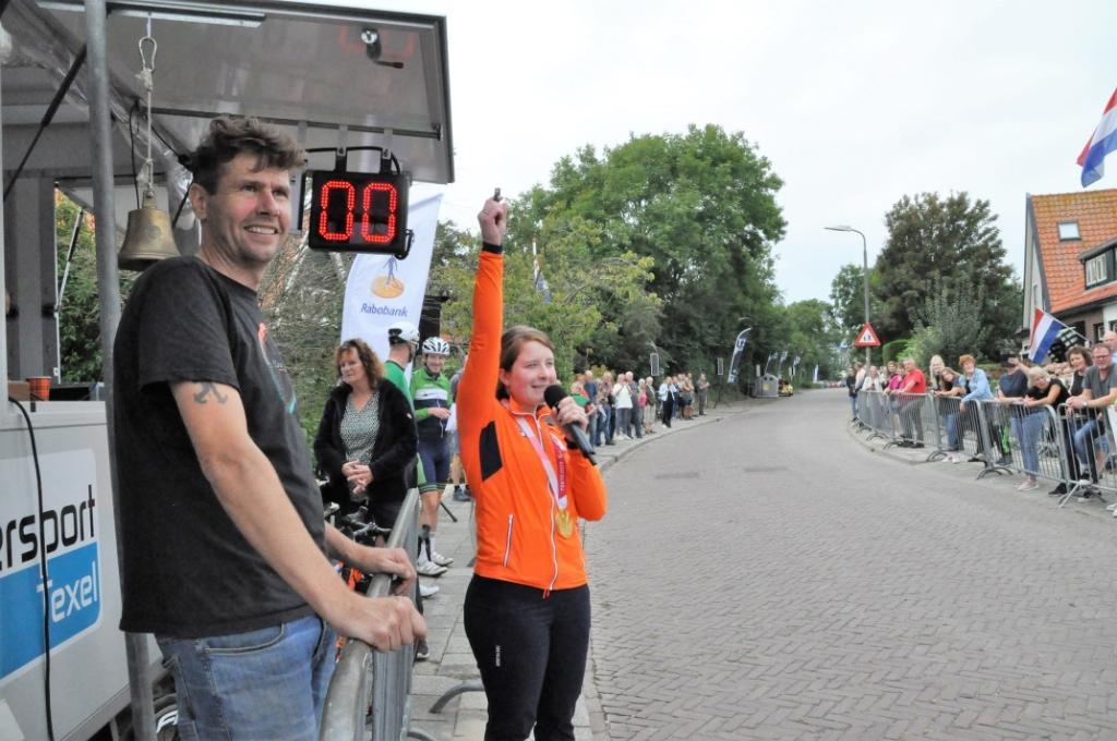 Larissa geeft het startschot, organisator Tom Witte kijkt tevreden. Foto: Willem Sangers © Mediabureau Langeveld & De Rooy