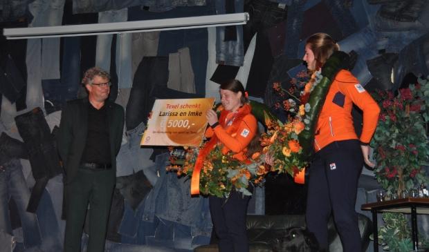 <p>Een bedrag van vijf mille van de gemeente voor Larissa ter stimulering van sport op Texel.</p>