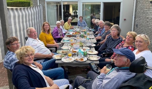 <p>De groep Texelaars aan tafel voor de barbecue.</p>
