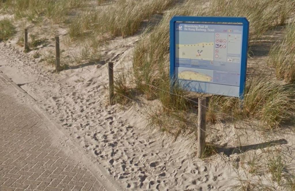 <p>Informatiebord bij het strand.</p>