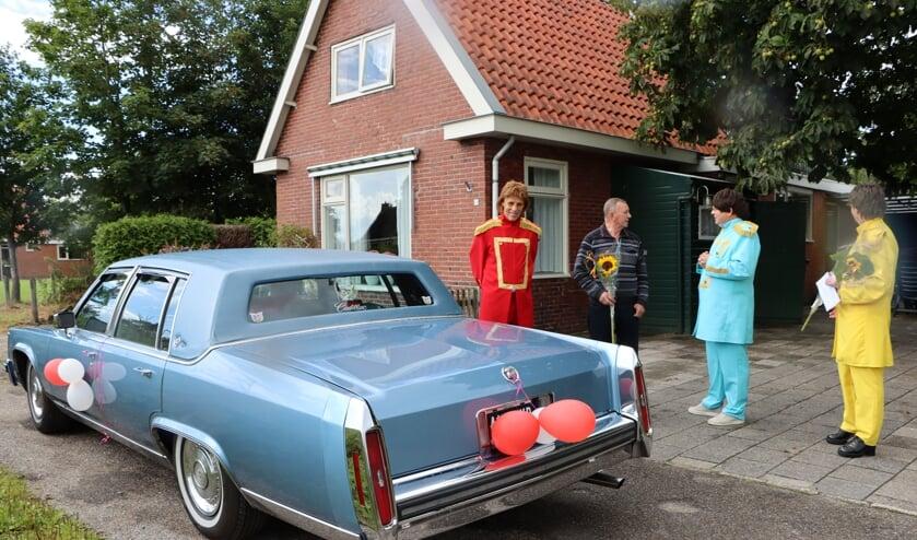 De Cadillac stopte maandag ook bij Raepdraeijersreed 6 in Twijzelerheide. Alle 96 trouwe huurders van SWA (50 jaar of meer) krijgen bezoek.
