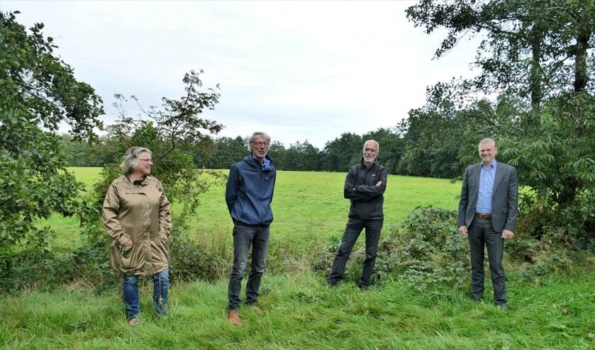 Vier betrokkenen bij het weiland aan de Kûkhernewei waar de zonnepanelen zouden komen te staan. (Namen in het artikel).