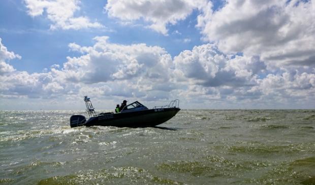 <p>De PW7 speedboot van de Provincie Frysl&acirc;n, die controles uitvoert.</p>