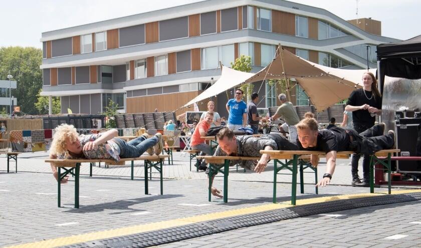 Studenten ontmoeten elkaar op het Simmerplein, zoals hier  tijdens Leeuwarden Culturele Hoofdstad 2018.