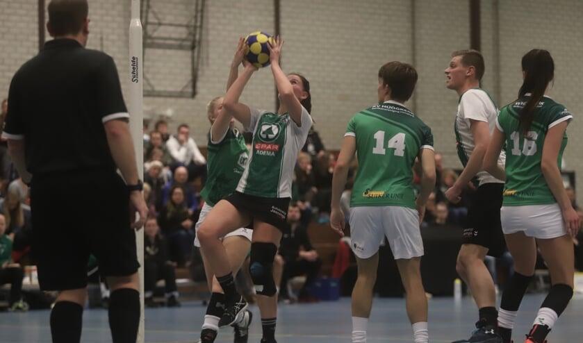 Laura van Noordenburg van Quick' 21 doet een schotpoging tegen KV Hoogkerk. Tweede van rechts is Stan Kleinhuis.