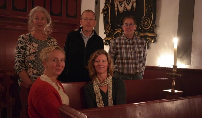 Baukje Hellema, Bernard Keizer, Albert van der Berg, Heleentje Swart en Anniëtte Kramer organiseren vanuit het kerkje in Jouwsier zaterdagavond een wandeltocht door de donkere omgeving.