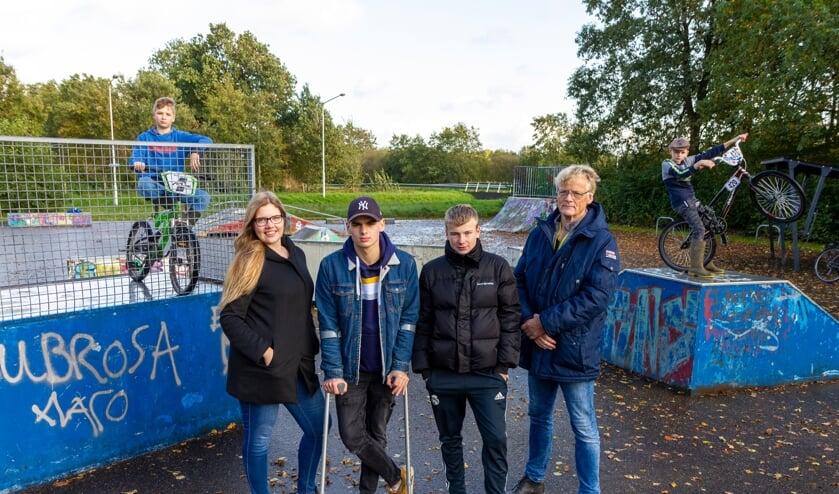 Vooraan: Ramona Diks (Stichting Welzijn Het Bolwerk), Roy Everts, Geert van der Veen en Aije Klaren (Stichting It Boartersplak). Achter: Meinte Dijkstra en Martinus van der Meer