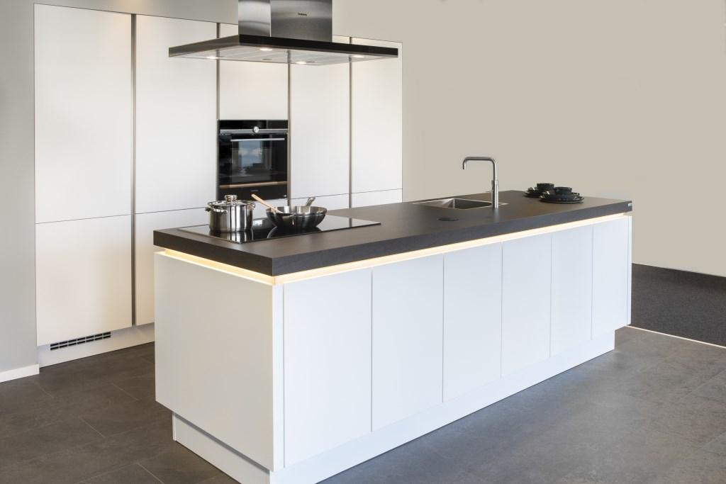 Een van de paradepaardjes: een greeploze witte keuken met luxe Siemens apparatuur. Foto: Ingezonden © Actief Media