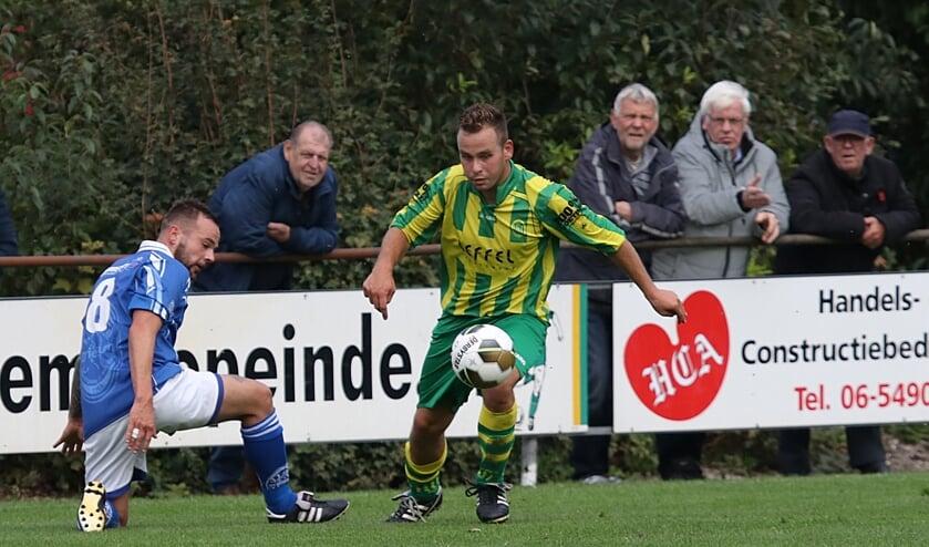 Hille Postma (Harkema-Opeinde) zet Marcel van der Meulen (VIOD, links) op het verkeerde been.
