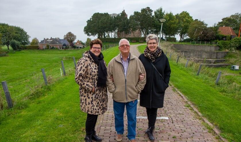 De organisatoren Afke Kramer-Atsma (links) en  Liesbeth Sijtsma (rechts) met in het midden de voorzitter van Stichting Terp Hegebeintum, Rits van der Ploeg.