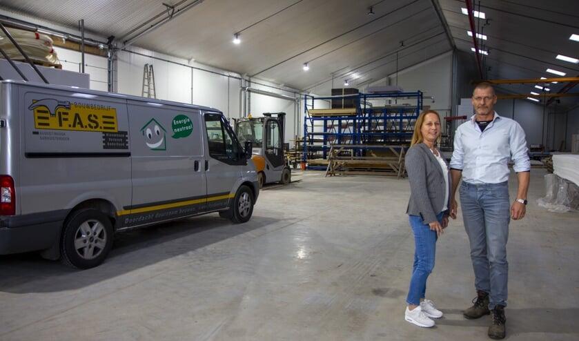 Elly en Paul de Klein in hun nieuwe loods in Buitenpost. De ruimte van 1100 vierkante meter wordt verwarmd met gemiddeld 8 kilowatt.