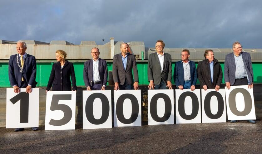 Bestuurders en ondernemers maken bekend dat ze samen 15 miljoen euro willen bijdragen, als het zeker is dat de nieuwe vaarweg er komt.