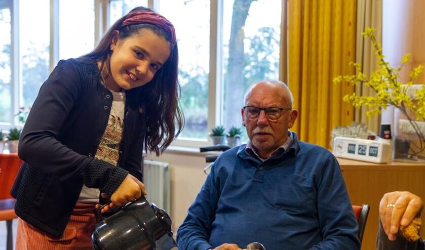 Sofie schenkt koffie in voor Sietse Vonk, een bewoner van Bennema State.