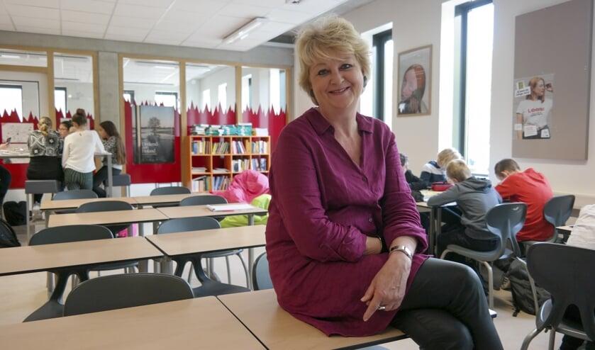Directeur Gretha Dam van het Lauwers College in Buitenpost te midden van eerste klas-leerlingen in één van de lokalen waar flexlessen plaatsvinden.