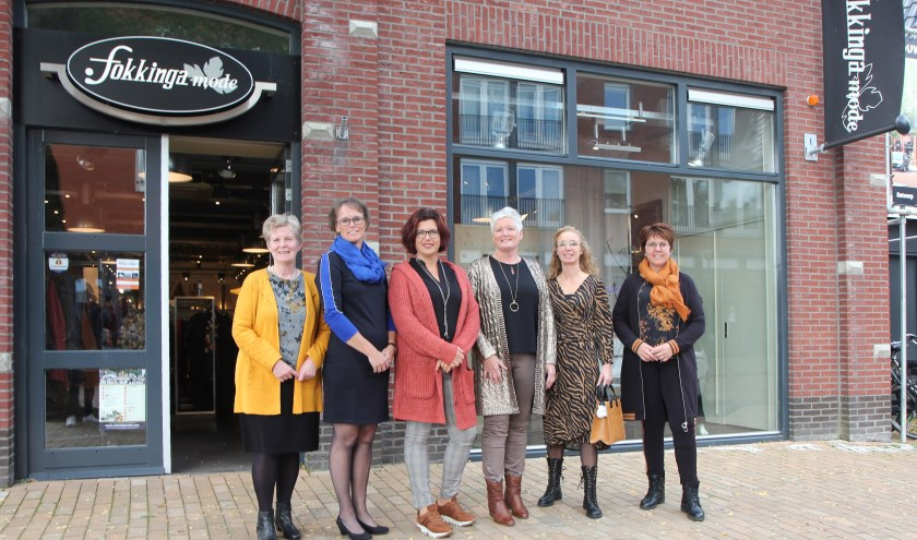 De mannequins van Fokkinga Mode zijn klaar voor de eerste ronde van de modeshow. Tot half oktober zijn er totaal negen modeshows bij de vestigingen in Surhuisterveen, Dâmwald en Drachten.