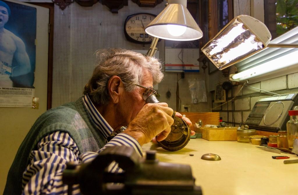 Lou Kuipers is in zijn element in de werkplaats. Hier werkt hij aan een oud uurwerk. Foto: Actief Media © Actief Media