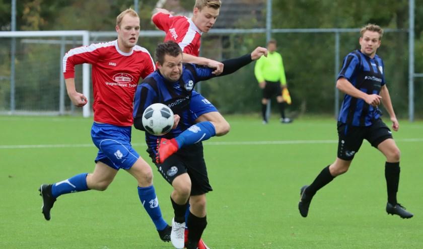 Peter Poortman van SC Twijzel belet Jorrit Schra van Rottevalle (midden) het spelen. Rechts Liekele Kamminga en links Klaas Jan Fokkema.