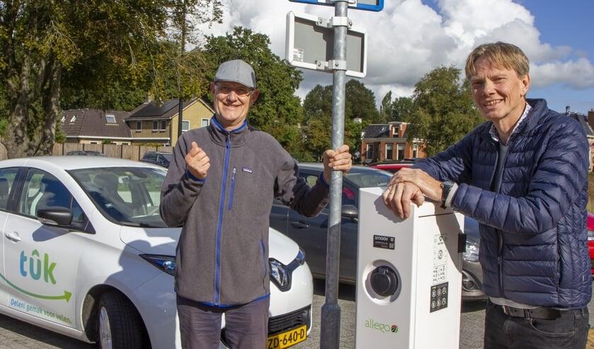 Wim Haalboom en Hans Hoogesteger van Stichting De Tûk. De Tûk is de elektrische deelauto in de Trynwâlden. Het is een initiatief van zes vrijwilligers, drie bedrijven, dorpsbelangen en energiecoöperatie Trynergie. De Tûk is nu te huur bij Garage Olijnsma, maar binnenkort ook te reserveren via internet en een app. www.tukauto.frl